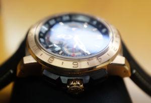 Carl-F-Bucherer-TravelTec-2-GMT-Gold-Zifferblatt-Seitlich