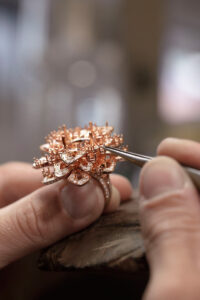 Gübelin-Jewellery_Rising-Lotus_Making-of-Ring